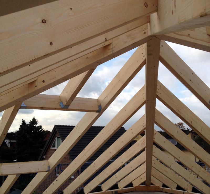 Dach- und Tragwerkkonstruktion